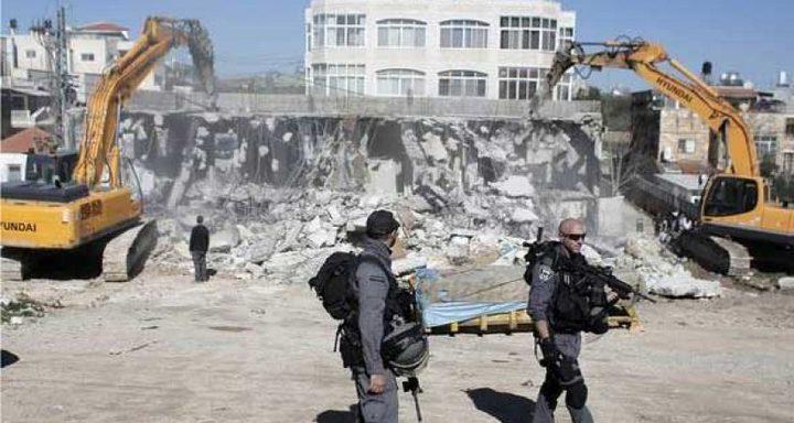 طواقم بلدية الاحتلال توزع إخطارات هدم في حي البستان