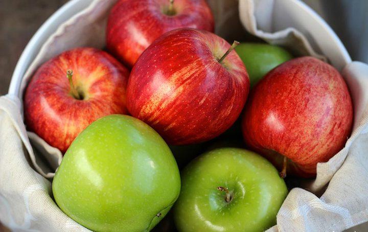 غسيل التفاح بالماء غير كاف.. اليك الحل؟