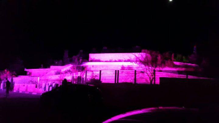 إضاءة متحف درويش باللون الوردي