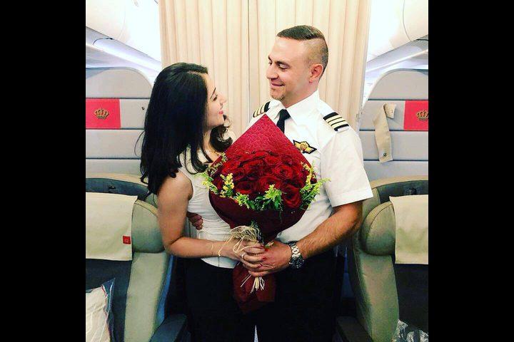 بالصور: كابتن طائرة يفاجئ مسافرة اردنية بطلب الزواج