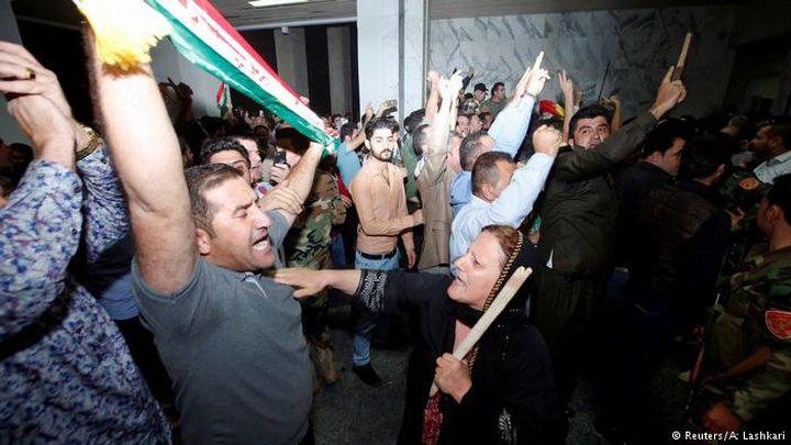 محتجون يقتحمون البرلمان الكردي بعد مفاجأة برزاني