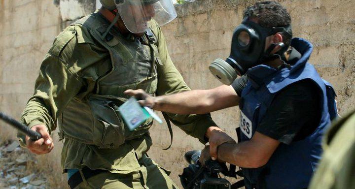الاحتلال يعتقل مواطناً ويعتدي على مصور غرب رام الله
