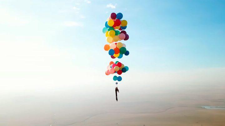 بريطاني يحلق على كرسي مدعوم بعشرات البالونات