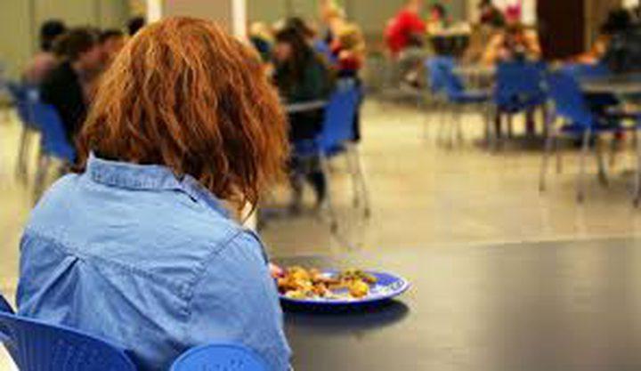 تناول الطعام لوحدك خطر على صحتك