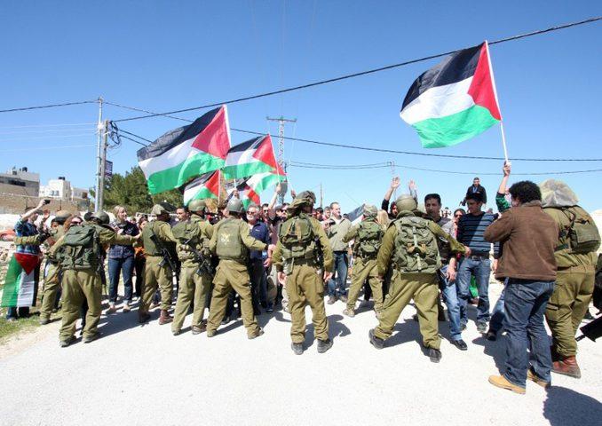 متظاهرون يرشقون مجسماً لبلفور بالأحذية في مسيرة قمعها الاحتلال