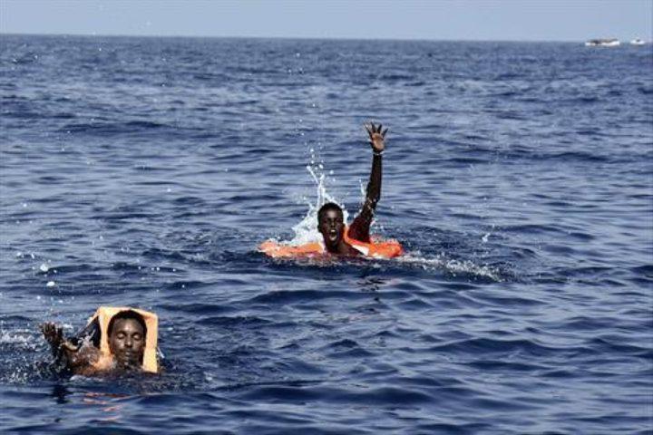 مصرع 23 مهاجرًا إثر غرق قاربهم قبالة الشواطئ الليبية