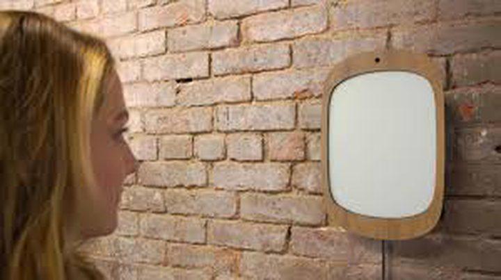 مرآة تجبر مستخدمها على الابتسام والتفاؤل