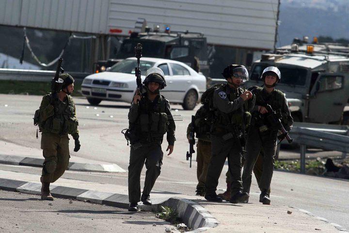 الاحتلال يغلق حاجزا عسكريا ويحتجز فتيين جنوب جنين