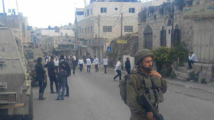 الاحتلال يغلق طريقًا وسط الخليل
