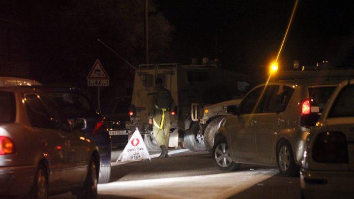 الاحتلال يحتجز عشرات المواطنين على حاجز عسكري