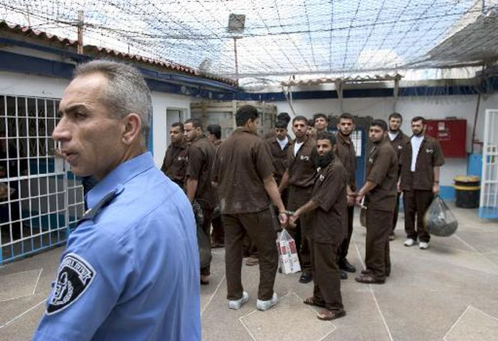 ثلاثة أسرى يدخلون أعوامًا جديدة داخل سجون الاحتلال