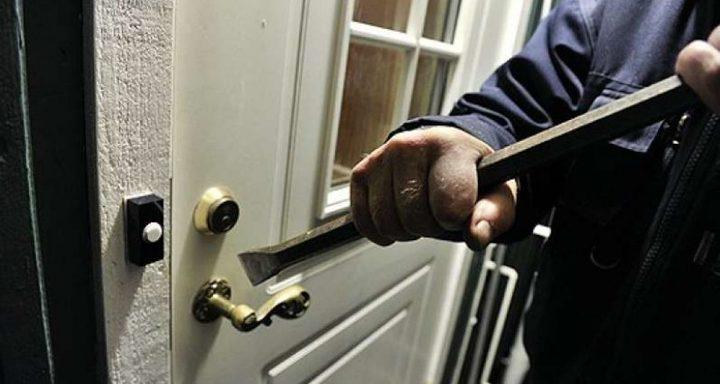 القبض على متهمة بسرقة 3900 دولار من منزل