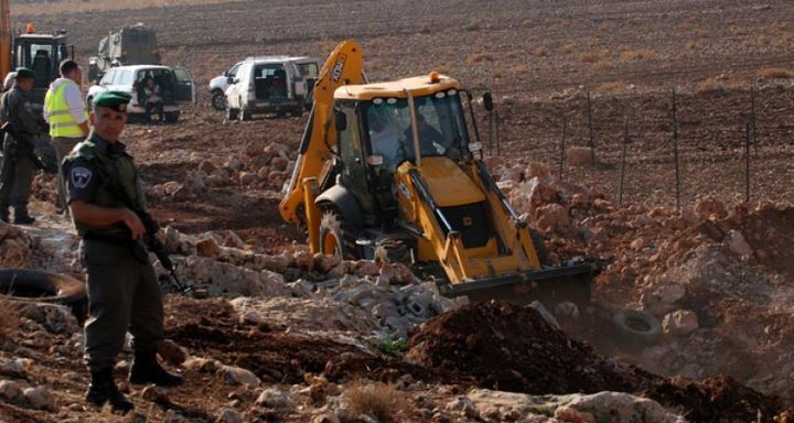 آلياتالاحتلال تجرف أراضي المواطنين جنوب نابلس