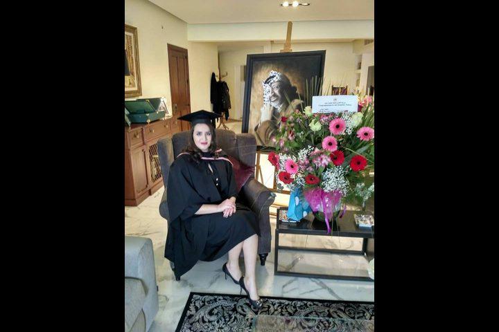 الرئيس يهنئ زهوة عرفات بمناسبة حفل تخرجها