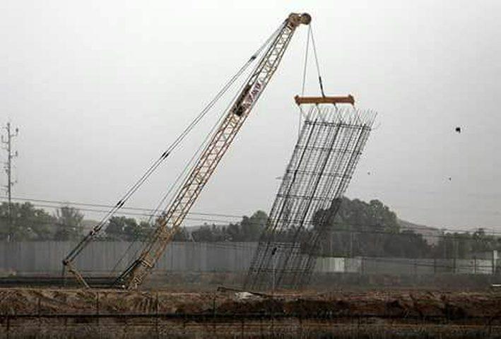 الاحتلال يواصل بناء جدار الفصل العنصري على طول الحدود مع القطاع(صور)