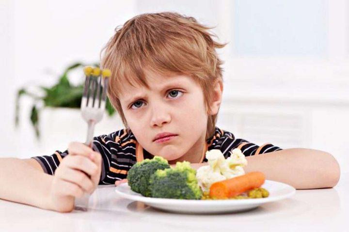 تعلق الأطفال بالتلفاز يجعلهم أقل رغبة في تناول الخُضار والفواكه