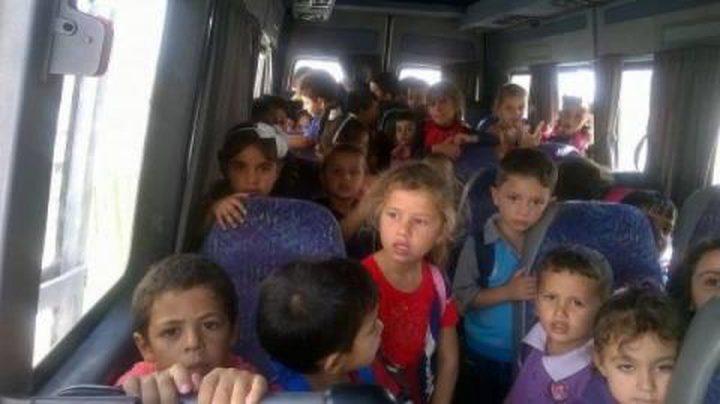 شرطة الخليل تضبط حافلة بحمولة زائدة 30 طالبا