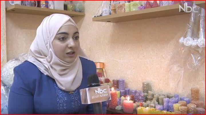 فتاة فلسطينية تصنع الشموع