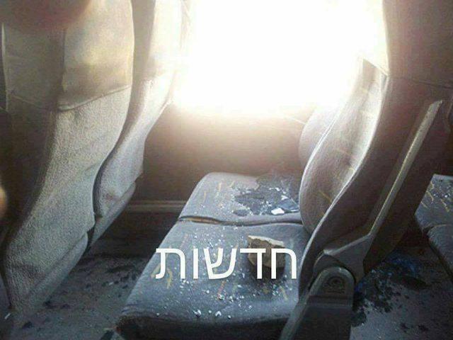 صورة: شبان يرشقون حافلة للمستوطنين بالحجارة في قلقيلية