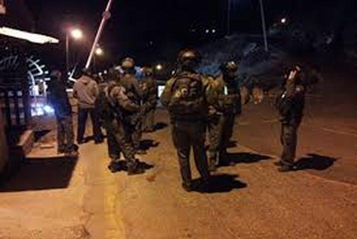 الاحتلال يقتحم قرية طورة ويحتجز 5 فتية
