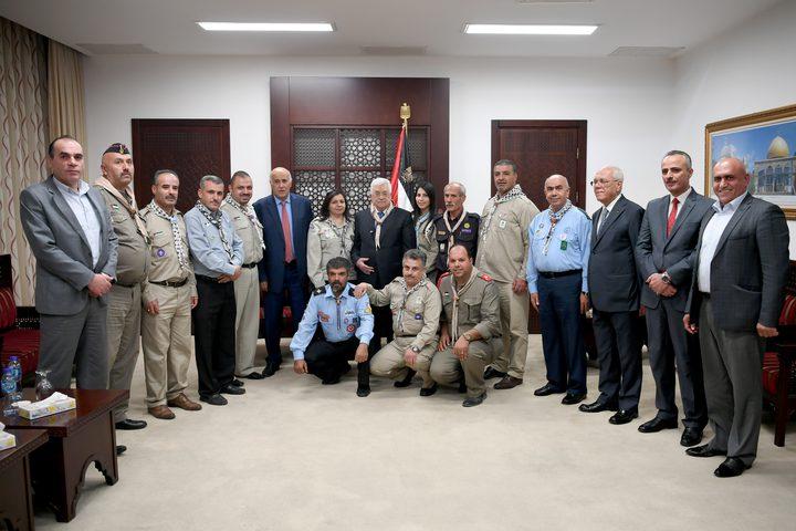 """جمعية الكشافة الفلسطينية تقلد الرئيس وسام الغاب"""" الشارة الخشبية"""""""