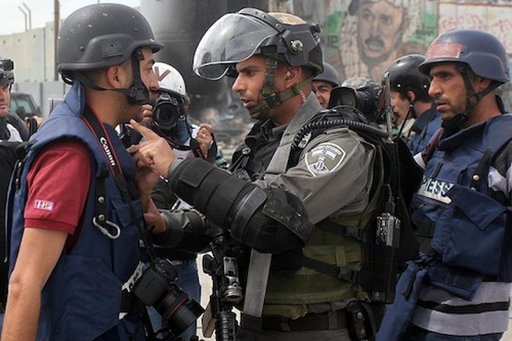 الاحتلال يُفرج عن صحفيين بكفالة مالية