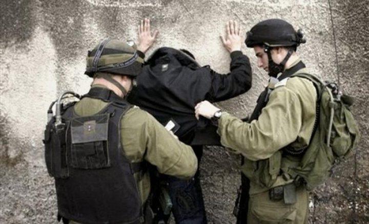 الاحتلال يعتقل شاباً بزعم حيازته سكيناً
