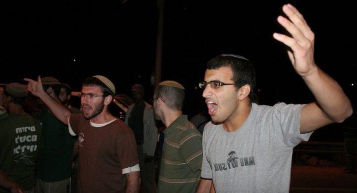 مستوطنون يهاجمون مركبات المواطنين في الخليل