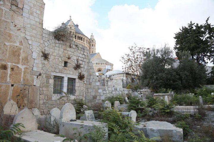 مستوطنون يدمرون 6 قبور في القدس