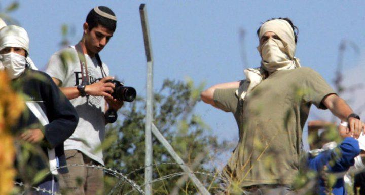 بالفيديو: مستوطنون يرشقون مواطنين بالحجارة