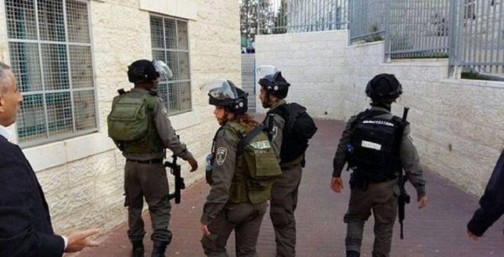 الخليل: الاحتلال يقتحم مقر هيئة مقاومة الجدار والاستيطان