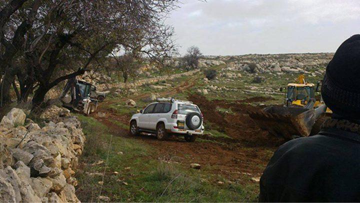 المستوطنون يحرثون أراضي الفلسطينيين بالأغوار الشمالية