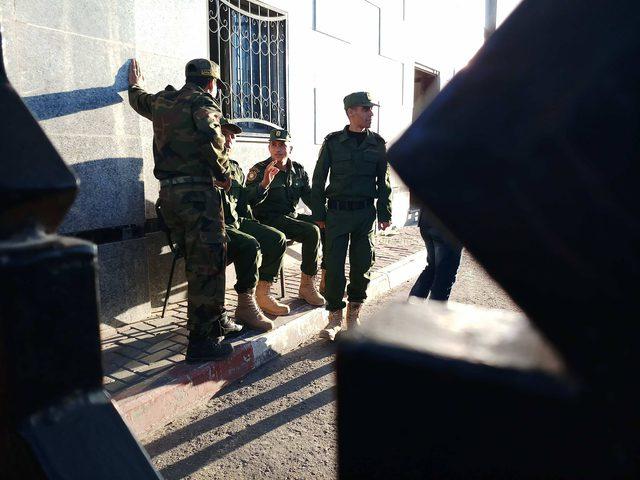 استعداد ضباط الأمن الوطني للطابور الصباحي في معبر رفح