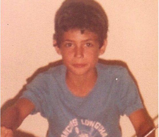 هذا الفتى أصبح ممثلاً عربيًا.. خمنوا من هو؟
