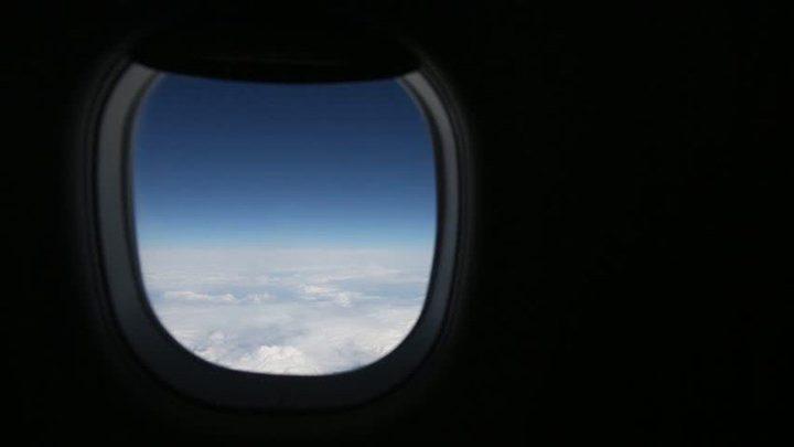 رجل يوثق لحظة مخيفة على متن الطائرة... ماذا حدث للنافذة؟