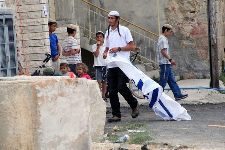 مستوطنون يعتدون على مواطنين بالضرب وسط الخليل