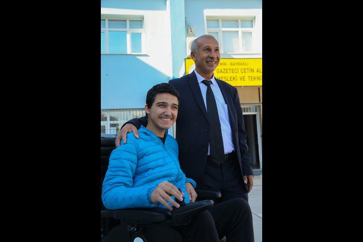 مُعلّم تركي يتعهد بإيصال طالبه المريض للمدرسة يوميا