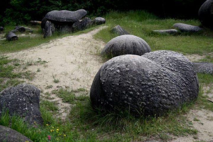 رومانيا : ما قصة الحجارة الحية!