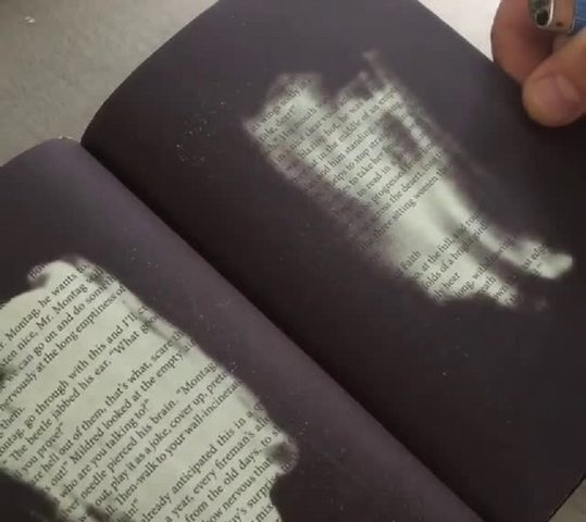 """كتاب لا تستطيع قراءته إلا بحرق صفحاته""""451 فهرنهايت""""!"""