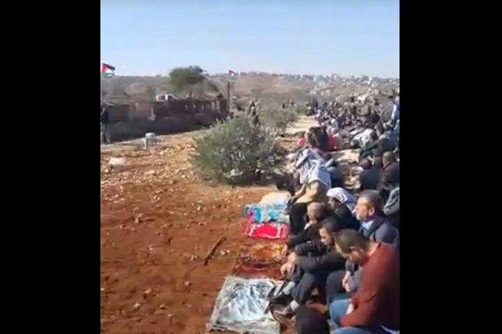 أهالي قصرة يقيمون صلاة الجمعة بمنطقة استشهاد المواطن عودة (فيديو)