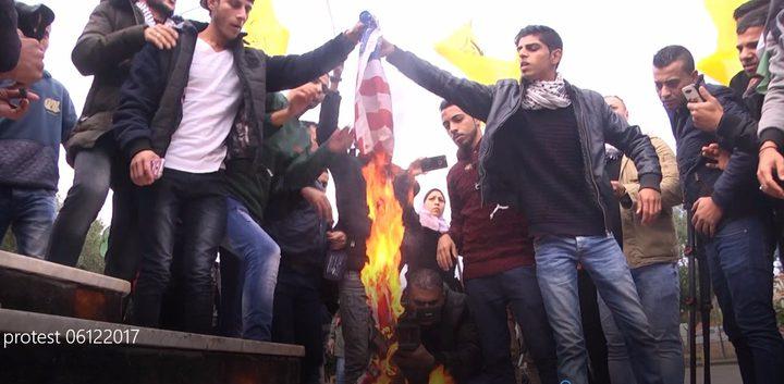 محتجون يحرقون العلم الأمريكي في غزة رفضاً لقرار نقل السفارة الأمريكية للقدس (صور)