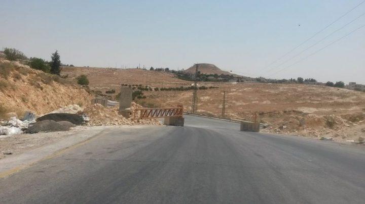 الاحتلال ينصب بوابة حديدية على مدخل قرية عبدا جنوب الخليل