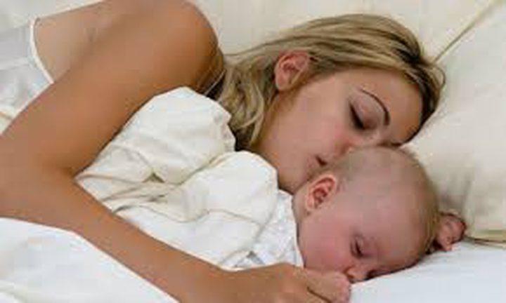 نوم الرضع بعيدا عن أمهاتهم يضر بصحتهم