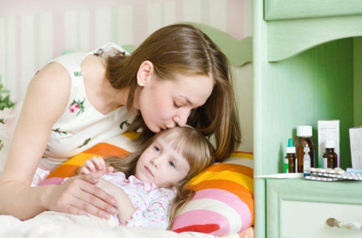طريقة سهلة وسريعة لتخفيض حرارة جسم طفلكِ