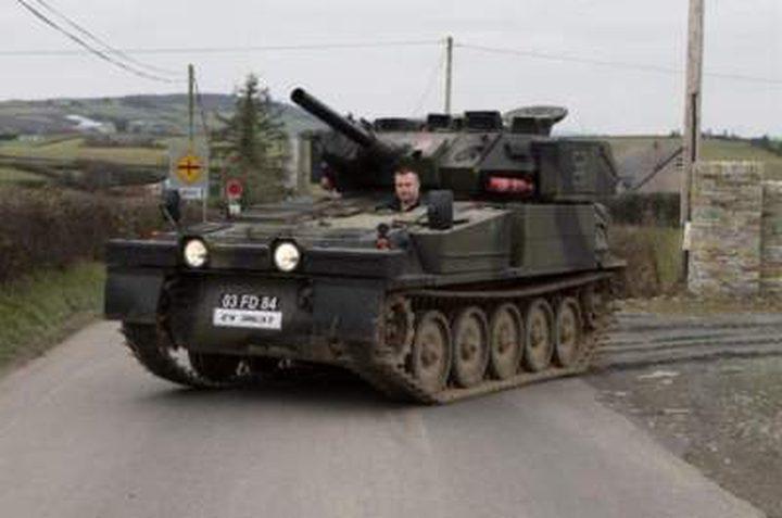 رجل مهوس يستخدم دبابةً كوسيلة مريحة للتنقل!!