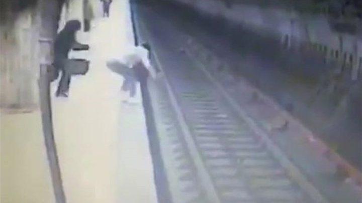 بالفيديو – دفعتها مرتين بدون رحمة على سكة القطار... فتوفيت بطريقةٍ مأساوية
