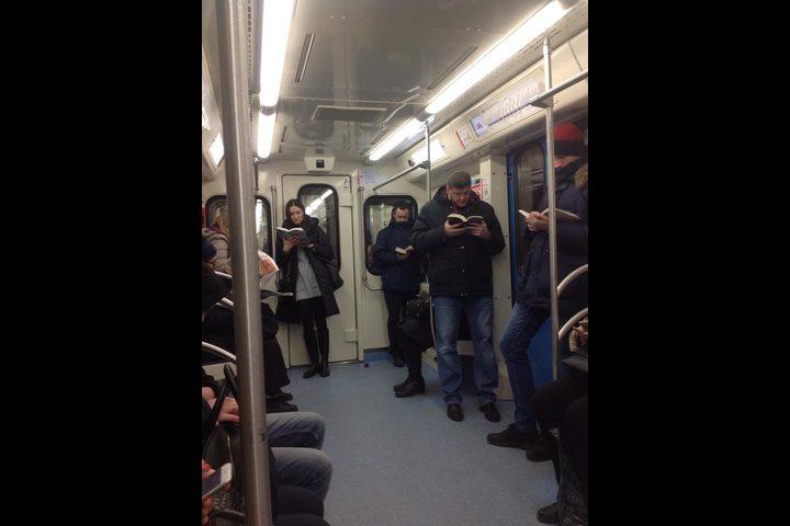 صورة لقراء في مترو موسكو تشغل العالم