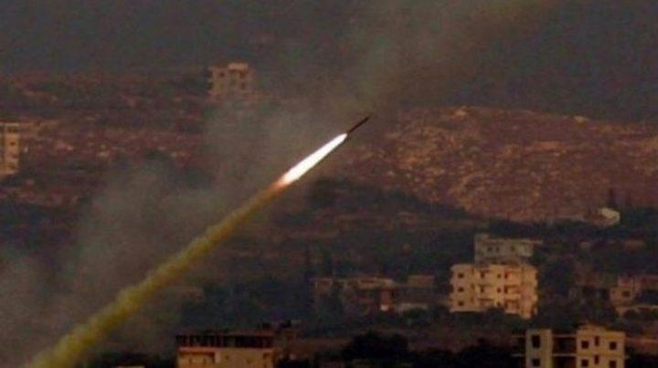 بالصور والفيديو: الإحتلال يزعُم اطلاق صاروخين من غزة تجاه إسرائيل أحدهما أصاب مبنى بشكل مباشر