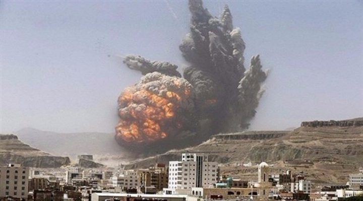 مقتل 24 شخصا بغارة جوية وقصف مدفعي للتحالف في اليمن