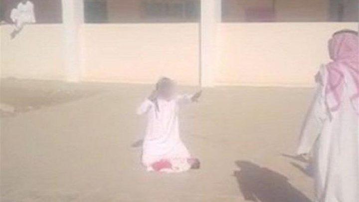 بالفيديو: والد في باحة مدرسة يهدد بذبح ابنه بالسكين!
